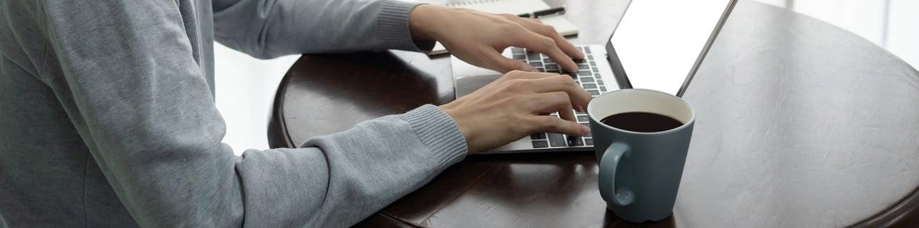 Home-Office ohne Schreibtisch, dafür mit leckerem Kaffee. Vorteile und Nachteile von Home-Office.