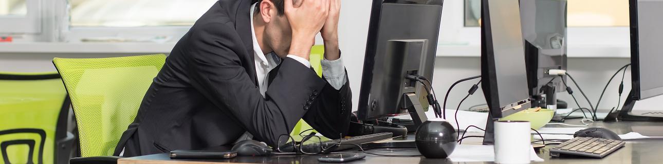 Marketer schlägt frustriert die Hände ins Gesicht. Zeit, eine Inbound-Agentur zu beauftragen.